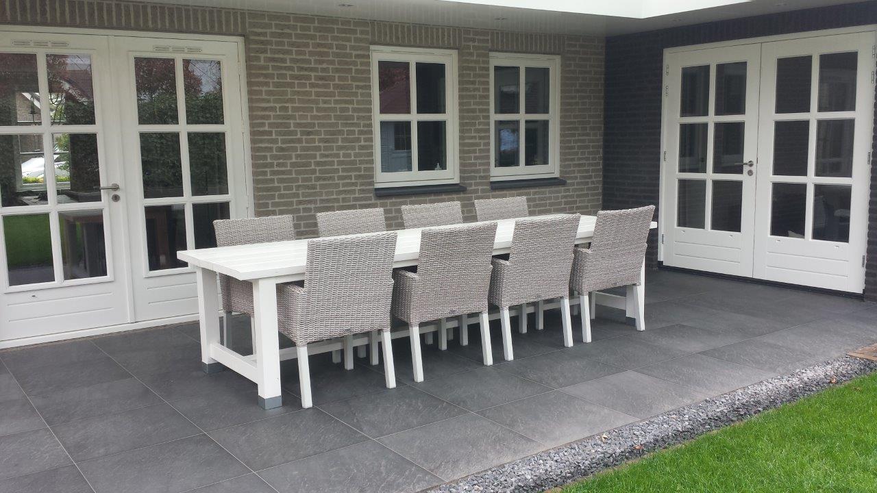 Houten Tuintafel Met Witte Stoelen.Moderne Tuintafel
